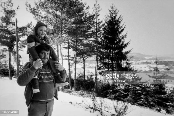 Portrait de Bernard Laroche de retour chez lui dans les Vosges en compagnie de sa femme et de son fils après avoir été relaxé et disculpé dans...