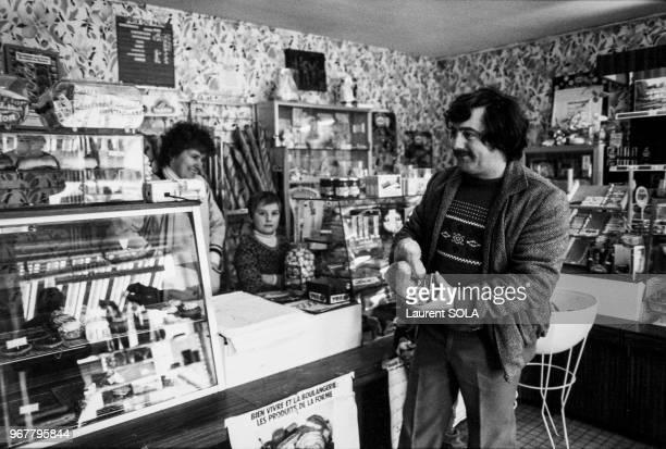 Portrait de Bernard Laroche relaxé après son inculpation pour le meurtre du petit Grégory de retour chez lui dans les Vosges le 19 février 1985 à...