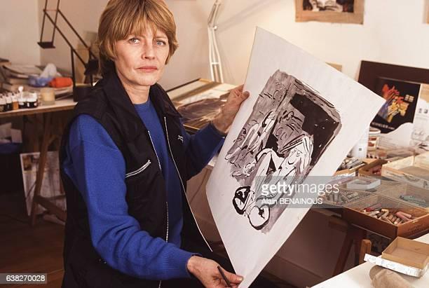 Portrait de Claire Bretecher chez elle en janvier 1997 à Paris, France.