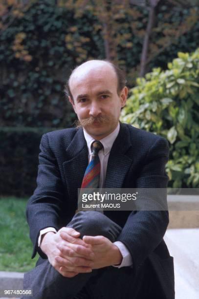 Portrait de Claude Malhuret, secrétaire d'État chargé des Affaires étrangères et des Droits de l'homme, le 28 avril 1986 à Paris, France.