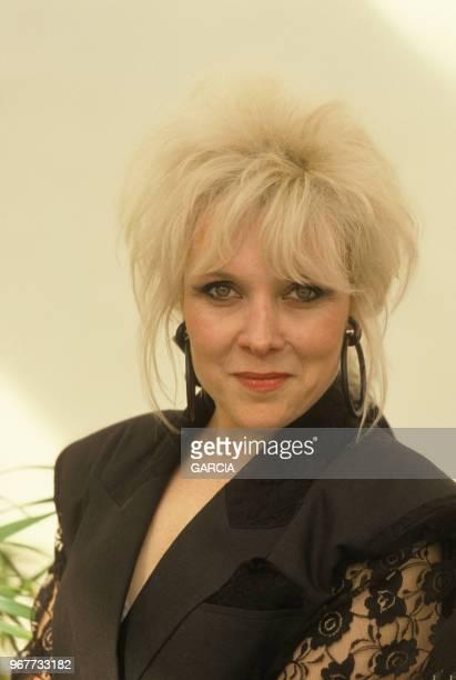 Portrait de Dani Klein chanteuse du groupe Vaya Con Dios lors de la remise d'un disque d'Or à Paris le 26 avril 1988 France