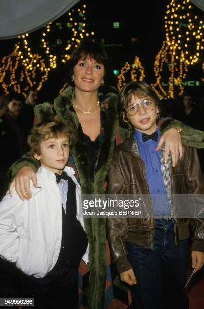 Portrait de Danièle Evenou avec ses fils lors d'une première le 4 décembre 1984 à Paris France