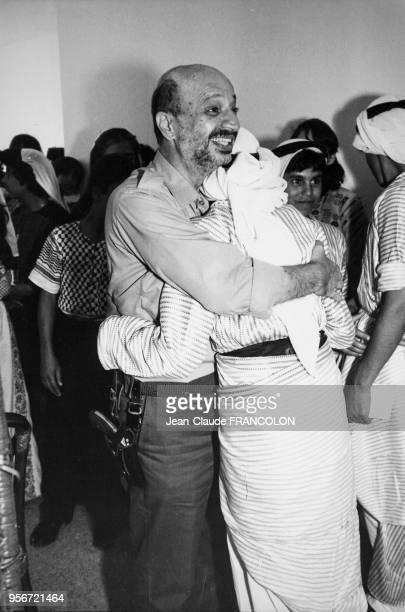 Portrait de Fahti Arafat frère du leader de l'autorité palestinienne étreignant avec émotion les enfants orphelins du camp palestinien de Tall al...