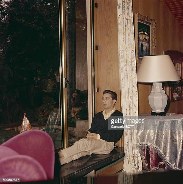 Portrait de Gilbert Bécaud circa 1960 en France