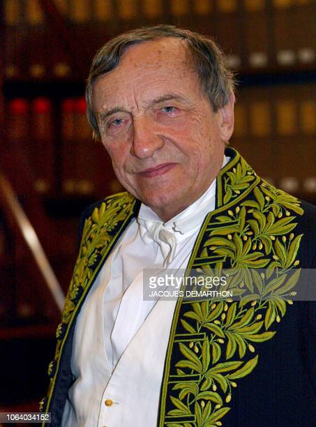 Portrait de Gérard Lanvin membre de la section sculpture et viceprésident de l'Académie des BeauxArts pris le 09 octobre 2002 à l'Institut de France...