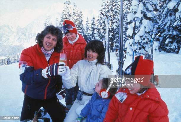 Portrait de Gérard Lenorman avec sa femme Caroline et leurs trois enfants aux sports d'hiver, circa 1980, en France.