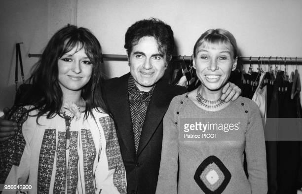 Portrait de Guy Béart et de la directrice de théâtre Silvia Montfort au 'Nouveau carré' le 7 février 1974 à Paris France