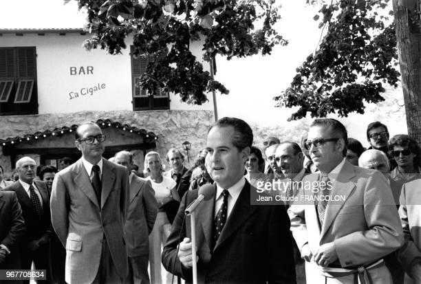 Portrait de Jacques Chirac lors des journées parlementaires du RPR en province écoute un discours sur la place du village à SainteAgnès le 27...