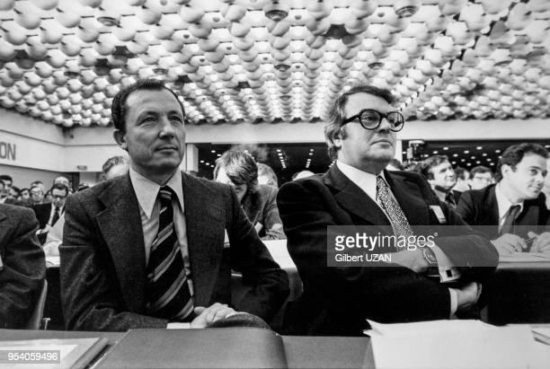 Portrait de Jacques Delors et de Pierre Mauroy lors d'une conférence sur 'Les socialistes face aux responsables économiques' le 12 octobre 1976 à...