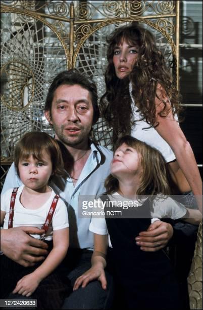 Portrait de Jane Birkin, Kate Barry, Serge et Charlotte Gainsbourg dans leur hôtel particulier, 5 bis rue de Verneuil, en 1979.