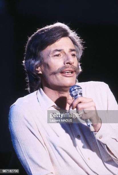 Portrait de Jean Ferrat lors d'une émission de télévision le 15 novembre 1980 à Paris France