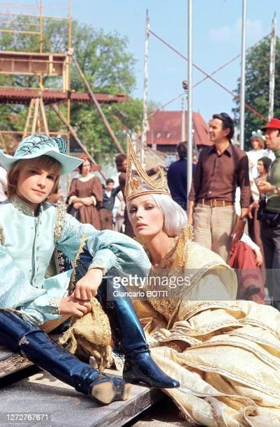 """Portrait de Jean-Christophe Maillot et Marie Laforêt dans son costume de reine sur le tournage du film """"Le petit poucet"""", en 1972."""