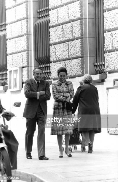 Portrait de JeanFrançois Deniau et de MarieFrance Garaud devant Matignon le 17 mai 1975 à Paris France