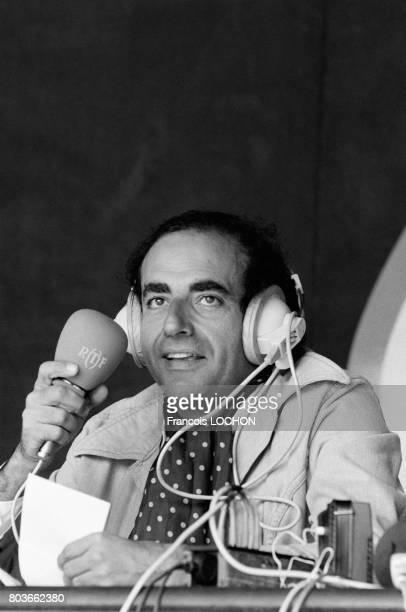 Portrait de JeanPierre Elkabbach lors d'une émission de l'ORTF le 17 juillet 1976 à Paris France