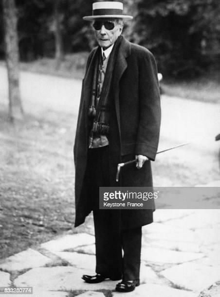 Portrait de John Davison Rockefeller qui a accepter de poser pour les photographes avant d'entrer dans une église à condition que les photographes y...