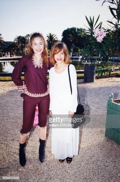 Portrait de Julie et Elisabeth Depardieu au défilé de hautecouture Dior par le créateur John Galliano au château de Versailles le en juillet 1999 à...