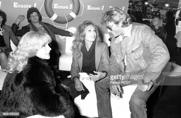 Portrait de la chanteuse Dalida en conversation avec Johnny Hallyday lors d'un enregistrement pour la radio Europe 1 en présence de Patrick Sébastien...