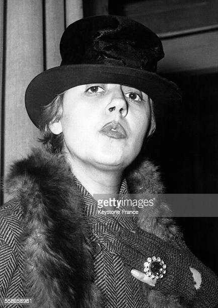 Portrait de la chanteuse de cabaret et actrice Suzy Delair vêtue d'un costume de scène et d'un chapeau le 7 décembre 1956 à Paris France