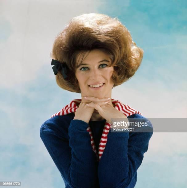 Portrait de la chanteuse française Sheila à Paris en 1965, France.
