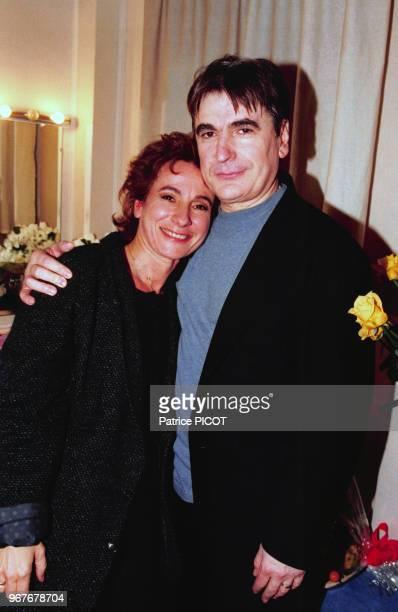 Portrait de la chanteuse MariePaule Belle et du chanteur Serge Lama dans sa loge lors de son concert à l'Olympia le 27 mars 1996 à Paris France