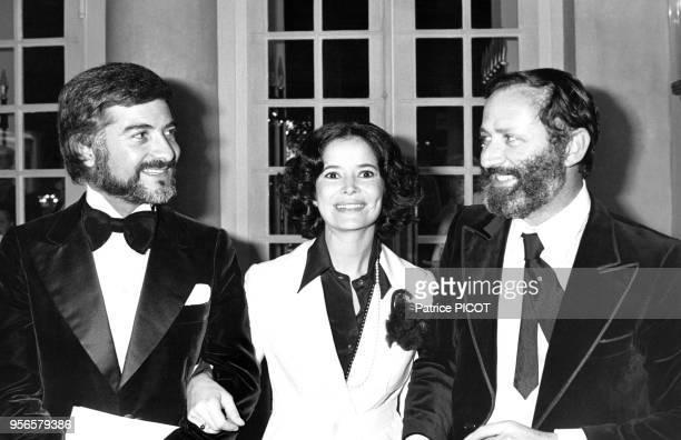 Portrait de la comédienne MarieJosé Nat entourée de l'acteur JeanClaude Brialy et de son mari le réalisateur Michel Drach circa 1980