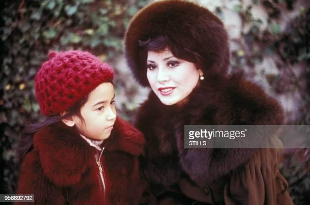 Portrait de la femme d'affaires japonaise et veuve du président indonésien Sukarno Dewi Sukarno avec sa fille circa 1980