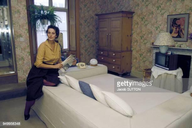 Portrait de la féministe Germaine Greer chez elle en mars 1984 au Royaume-Uni.