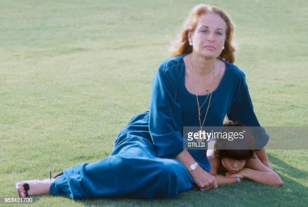 Portrait de la mère et du fils du chanteur espagnol Julio Iglesias, circa 1980.