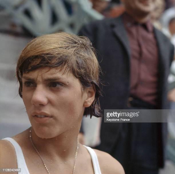 Portrait de la nageuse française Christine Caron sortant de l'eau en 1968