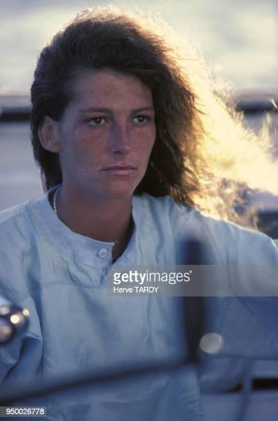 Portrait de la navigatrice Florence Arthaud à bord de son trimaran 'Biotherm' en décembre 1983