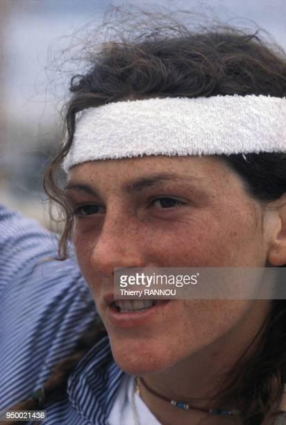 Portrait de la navigatrice Florence Arthaud en juin 1980 France