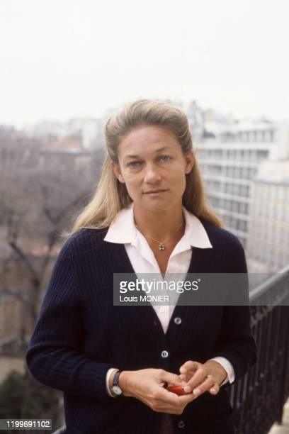 Portrait de la philosophe Elisabeth Badinter sur son balcon en 1986 France