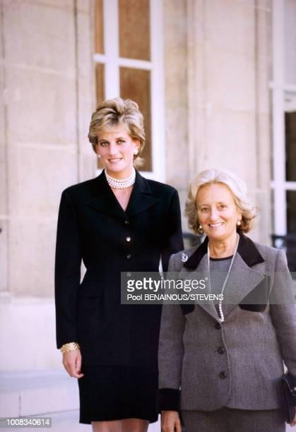 Portrait de la Princesse Diana reçue à l'Elysée par Bernadette Chirac pour le thé avant de visiter l'exposition Cézanne au Grand Palais le 25...
