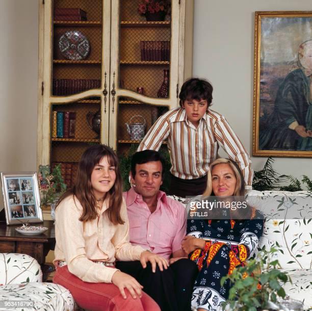 Portrait de l'acteur américain Mike Connors en famille dans les années 60 aux EtatsUnis Circa 1960