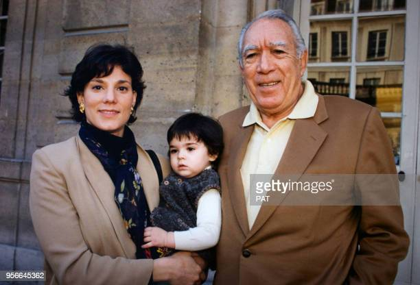 Portrait de l'acteur américanomexicain Anthony Quinn de sa maîtresse Kathy Benvin et de leur fille au Musée Picasso le 8 mars 1995 à Paris France