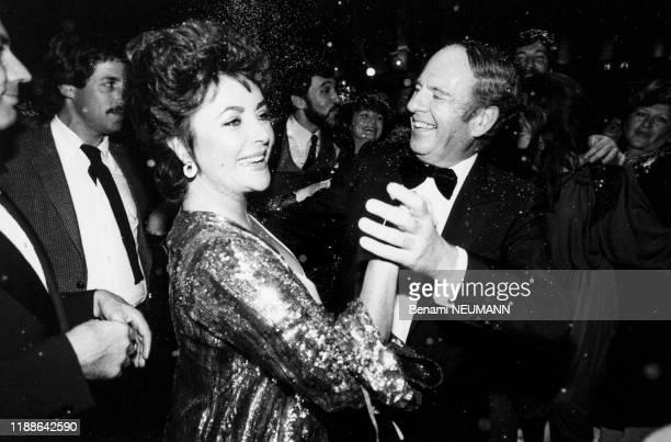 Portrait de l'actrice américaine Elizabeth Taylor dansant avec son avocat et ami Victor Luna lors du réveillon de fin d'année à l'hôtel Hilton le 31...