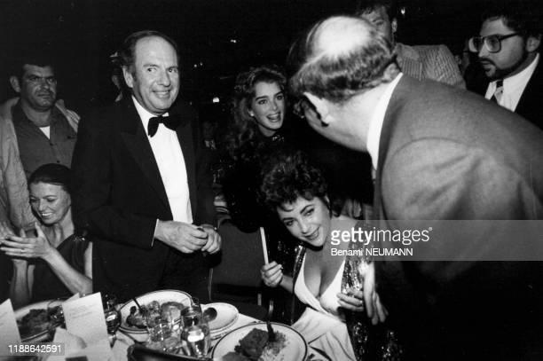 Portrait de l'actrice américaine Elizabeth Taylor et de son amie Brooke Shields et de son avocat Victor Luna lors du réveillon à l'hôtel Hilton le 31...