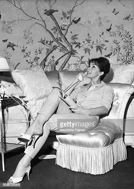 Portrait de l'actrice Andréa Parisy au téléphone