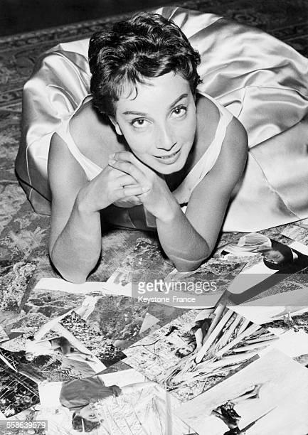 Portrait de l'actrice Andréa Parisy entourée des photographies du film 'Les Ambitieux' d'Yves Allégret à Paris France le 31 décembre 1958