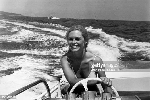 Portrait de l'actrice Brigitte Bardot sur son yacht devant la Madrague, circa 1970 à Saint-Tropez, France.