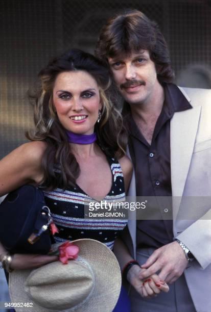 Portrait de l'actrice Caroline Munro et son époux Judd Hamilton circa 1980 en France