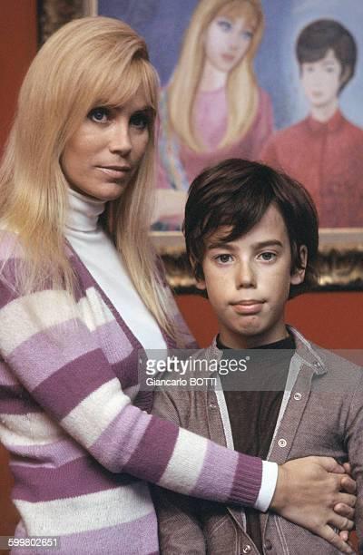 Portrait de l'actrice Estella Blain avec son fils Michel circa 1960 en France