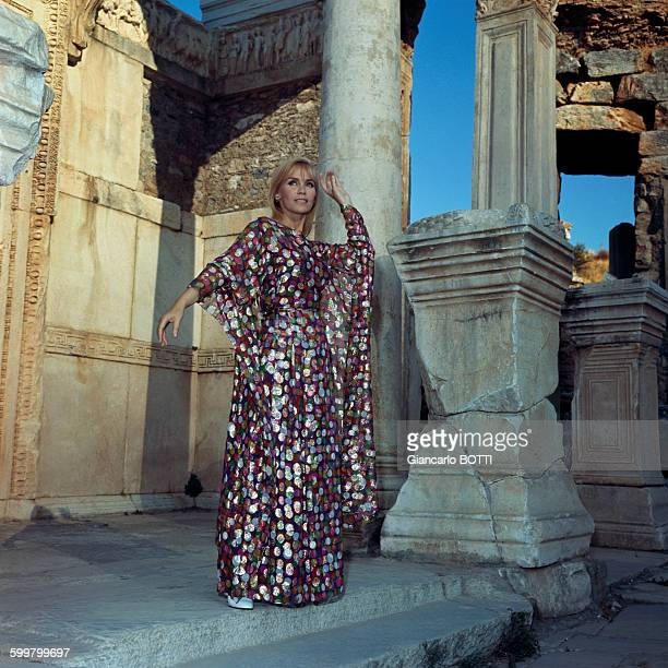 Portrait de l'actrice Estella Blain en Chanel circa 1960