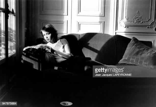 Portrait de l'actrice française Dominique Laffin dans son appartement à Paris en France en février 1978