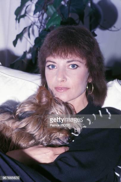 Portrait de l'actrice française Nicole Calfan chez elle le 14 janvier 1988 à Paris, France.