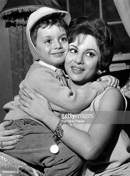 Portrait de l'actrice égyptienne Faten Hamama avec son fils Tarek Sharif à Londres RoyaumeUni le 22 novembre 1961