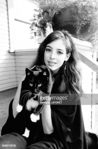 Portrait de l'actrice Jodi Thelen avec son chat en janvier 1982 à Los Angeles EtatsUnis