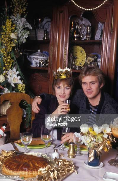 Portrait de l'actrice Nicole Calfan et de son époux le chanteur François Valéry trinquant au champagne dans un restaurant le 14 octobre 1988 en...