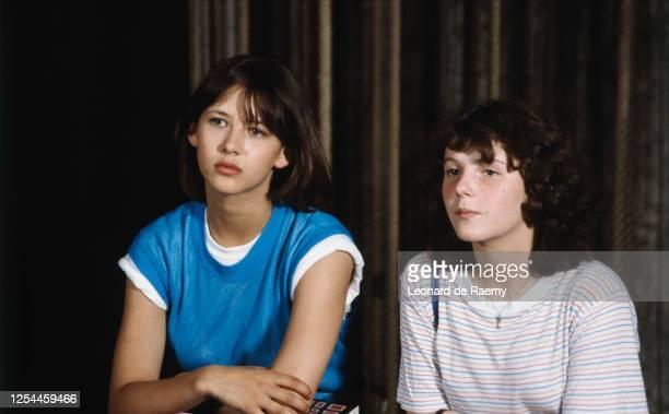 """Portrait de l'actrice Sophie Marceau et Sheila O'Connor lors du tournage du film de Claude Pinoteau """" La Boum 2"""""""