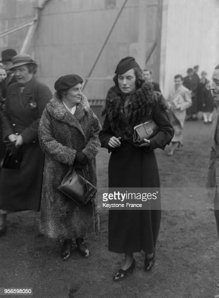 Portrait de l'aviatrice Miss Joan Batten et de la comtesse Anna de Noailles à l'aérodrome de Guyancourt France en 1936
